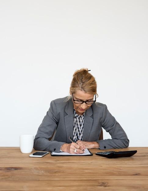 Funzionamento di scrittura di finanza di contabilità della donna di affari Foto Premium