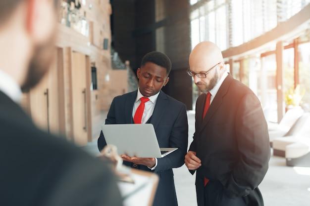 Funzionamento di strategia di discussione di riunione del gruppo di affari Foto Premium