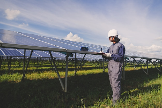 Funzionamento e manutenzione in centrale solare; team di ingegneri che si occupa del controllo e della manutenzione nella centrale solare, centrale solare per l'innovazione dell'energia verde per la vita Foto Premium