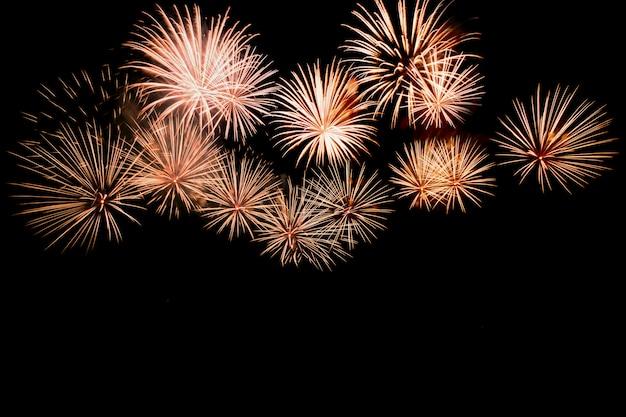 Fuochi d'artificio colorati contro un cielo notturno nero Foto Premium