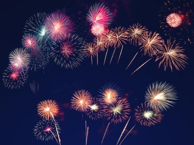 Fuochi d'artificio colorati sul cielo nero. celebrazione e concetto di anniversario Foto Premium