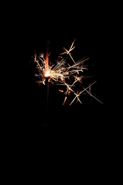 Fuochi d'artificio copia-spazio di notte sul cielo Foto Gratuite