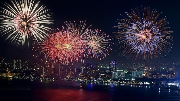 Fuochi d'artificio di pattaya e la spiaggia Foto Premium
