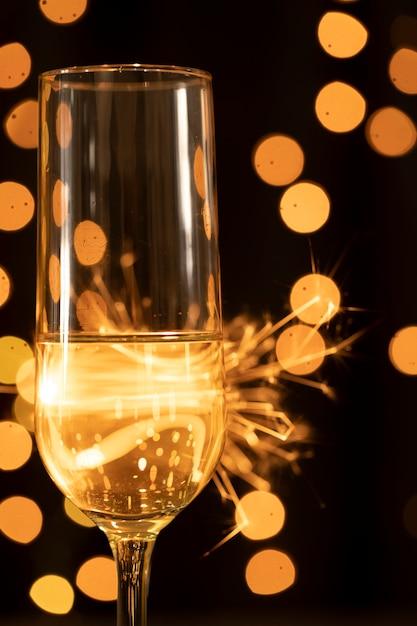 Fuochi d'artificio e vetro di vista laterale con champagne Foto Gratuite