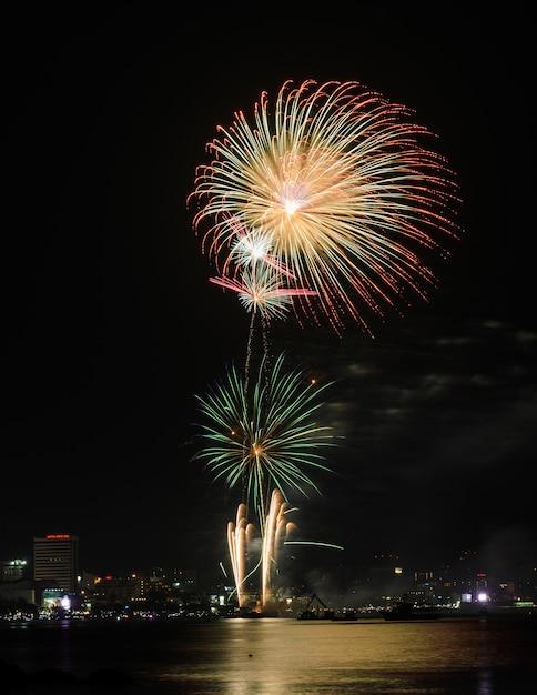 Fuochi d'artificio in una spiaggia tailandese Foto Premium