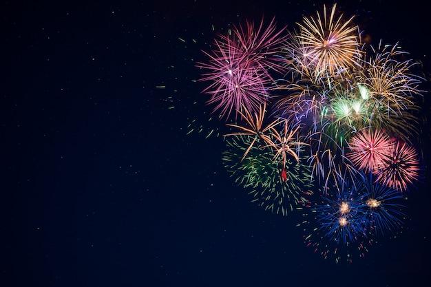 Fuochi d'artificio scintillanti di bella celebrazione sopra il cielo stellato, spazio della copia Foto Premium