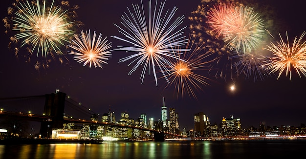 Fuochi d'artificio su new york Foto Premium