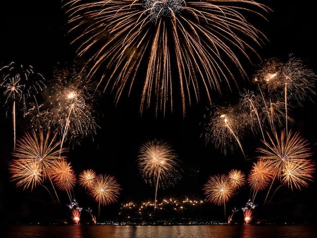 Fuochi d'artificio variopinti sui precedenti neri del cielo con copyspace. celebrazione e anniversario Foto Premium