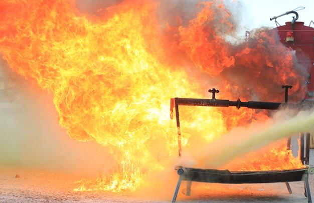 Fuoco ardente per addestramento antincendio. Foto Premium