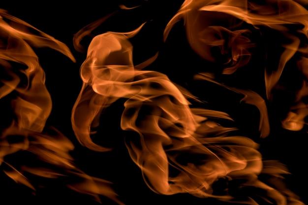 Fuoco e fiamme su uno sfondo nero Foto Premium
