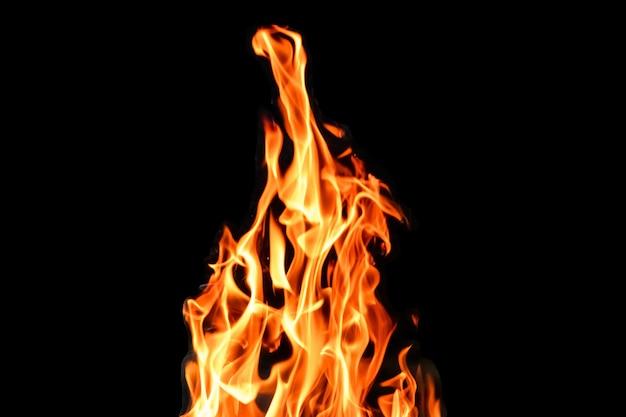 Fuoco, fiamme su un isolato sfondo nero. concetto fuoco grill calore weekend barbecue. Foto Premium