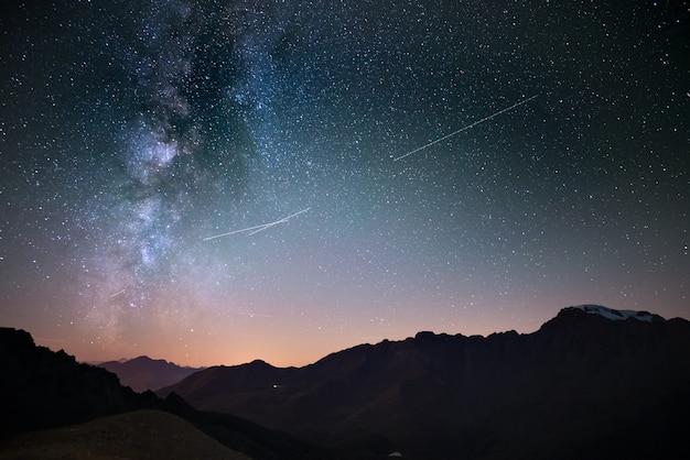 Galassia della via lattea e cielo stellato da alta quota in estate sulle alpi Foto Premium