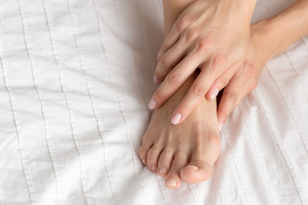 Gambe della donna perfetta e bella sul letto Foto Premium