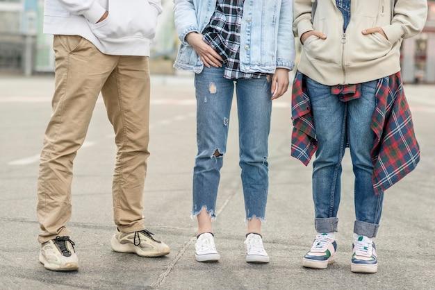 Gambe di amici di primo piano Foto Gratuite