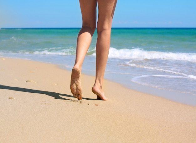 Gambe di donna e mare Foto Premium
