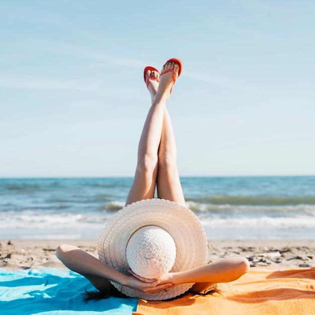 Gambe di donna in spiaggia Foto Gratuite