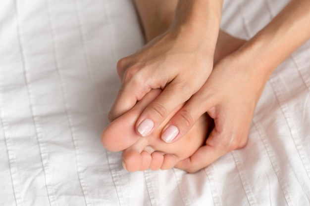 Gambe di donna perfetta e bella sul letto Foto Premium