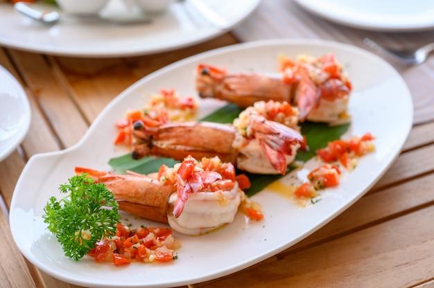 Gamberetti alla griglia con peperoncino piccante nel piatto Foto Premium