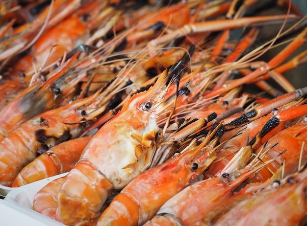 Gamberetti alla griglia in vendita sul mercato di strada. gamberetti freschi del barbecue nel mercato dei frutti di mare. Foto Premium