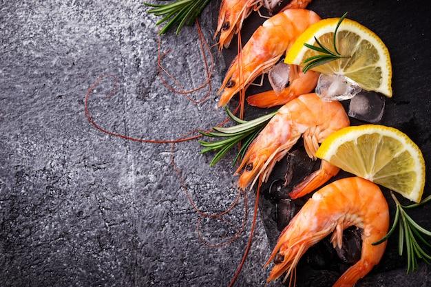 Gamberetti con limone e rosmarino. messa a fuoco selettiva Foto Premium