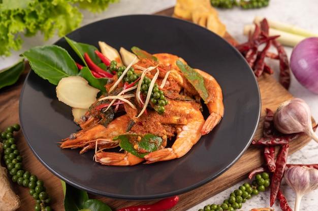 Gamberetto di chuchi su un piatto con i semi di pepe freschi Foto Gratuite