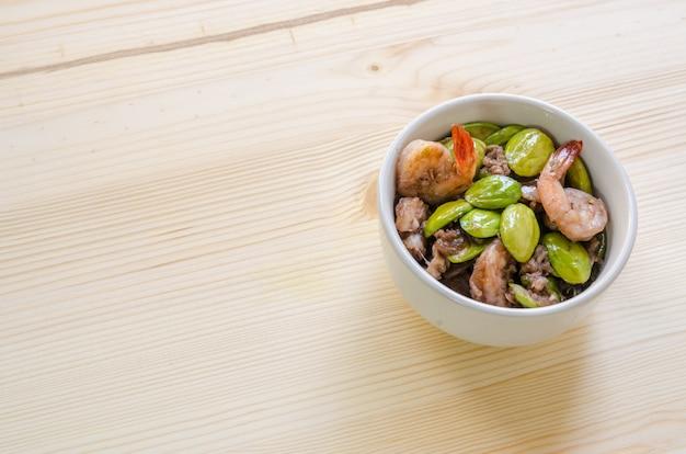 Gamberi fritti spezie con salsa di gamberetti e fagioli amari (parkia speciosa), menu di cibo tailandese Foto Premium