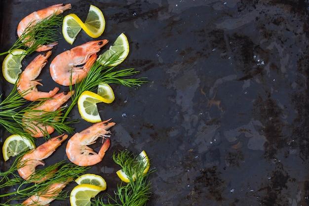 Gamberi surgelati cotti con limone e spezie Foto Premium