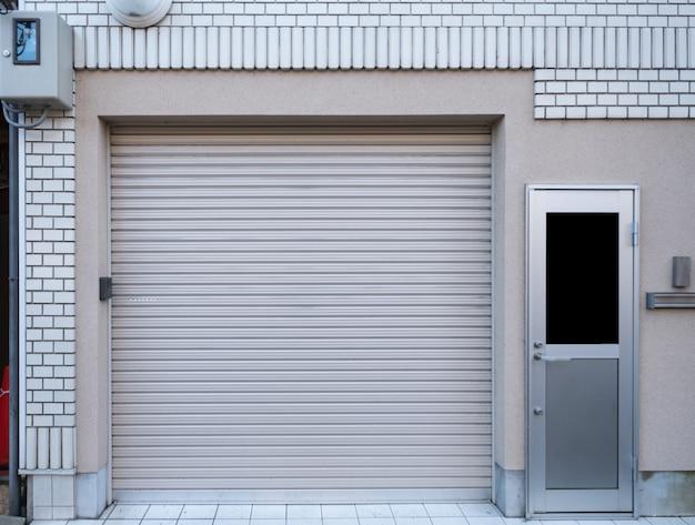 Garage con porta residenza su mattoni bianchi Foto Premium