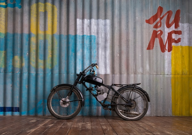 Garage interno d'epoca con moto Foto Premium