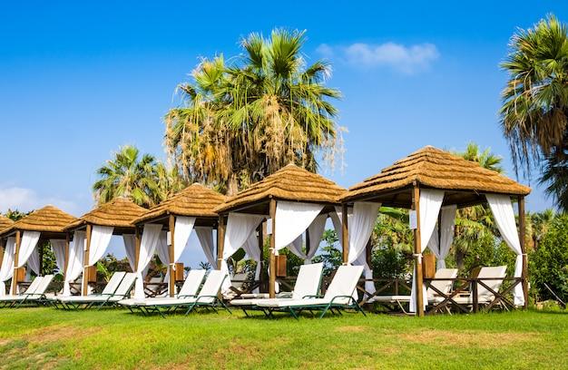 Gazebo sulla spiaggia mediterranea in estate Foto Premium