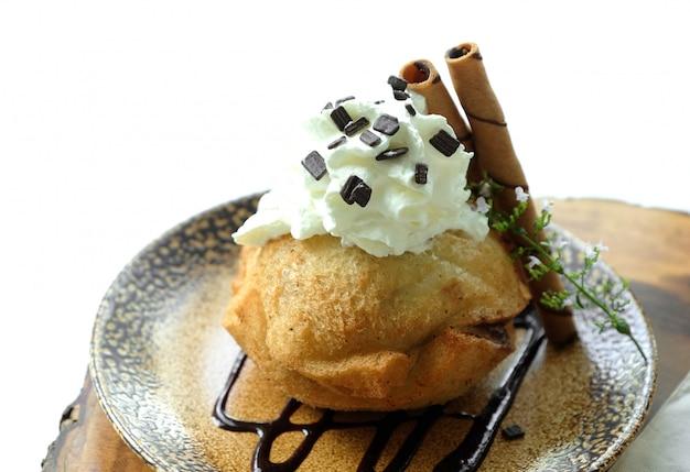 Gelato al cioccolato fritto con fondo bianco Foto Premium