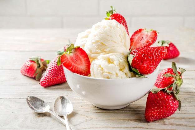 Gelato alla vaniglia alla fragola Foto Premium