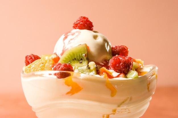 Gelato fondente con frutta Foto Premium