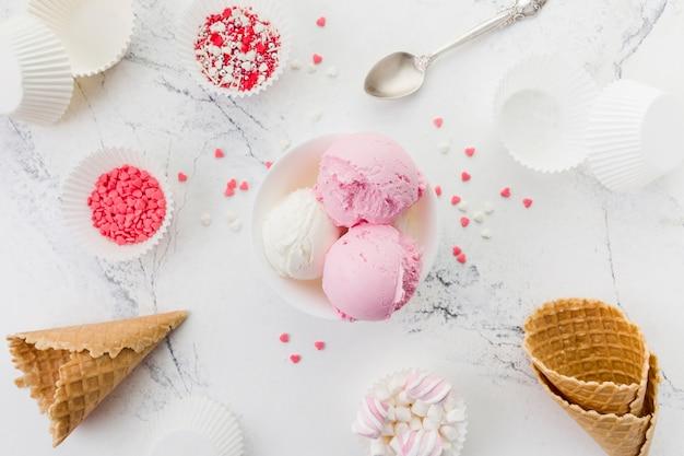 Gelato rosa e bianco in una ciotola Foto Gratuite