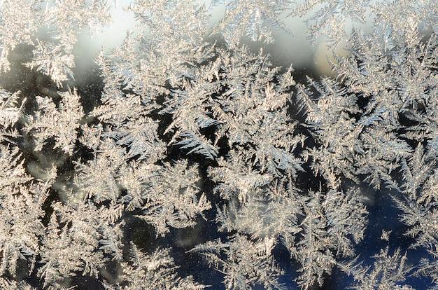 Gelo di fiocchi di neve sul vetro della finestra Foto Premium