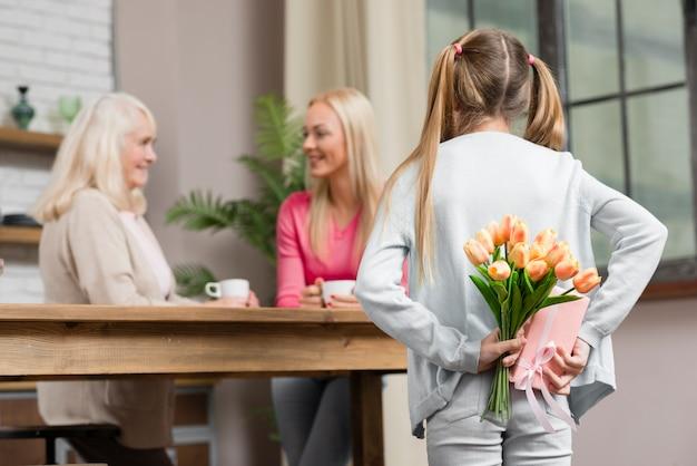 Generazione femminile felice e mazzo di fiori Foto Gratuite