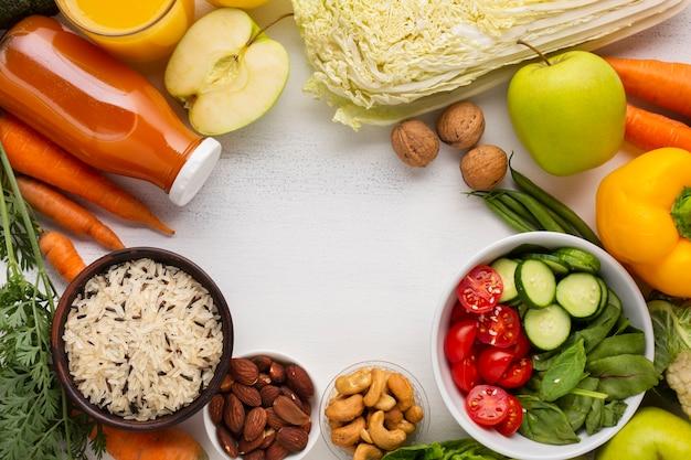 Generi alimentari e succo di frutta con copia spazio Foto Gratuite