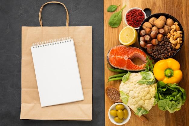 Generi alimentari sul tagliere con spazio di copia Foto Gratuite