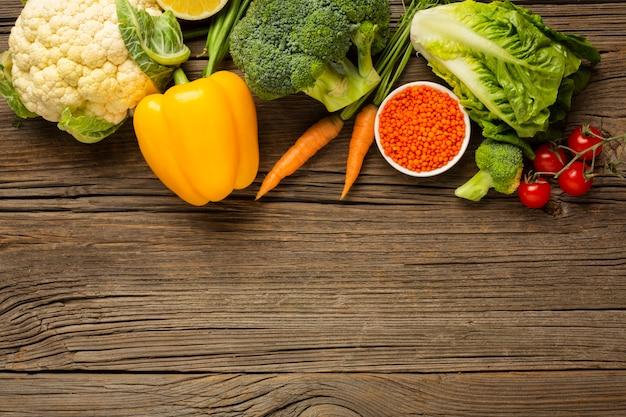 Generi alimentari sulla tavola di legno con lo spazio della copia Foto Gratuite