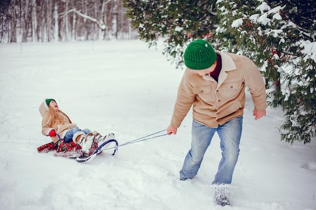Generi con la figlia sveglia in un parco dell'inverno Foto Gratuite