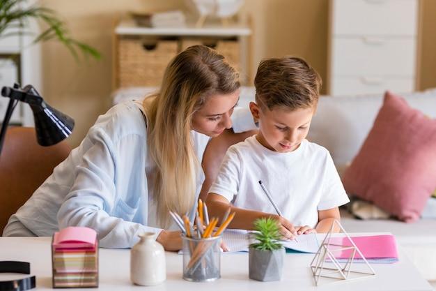 Genitore con figlio serio sui compiti Foto Gratuite