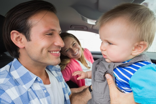 Genitori e bambino su un disco Foto Premium