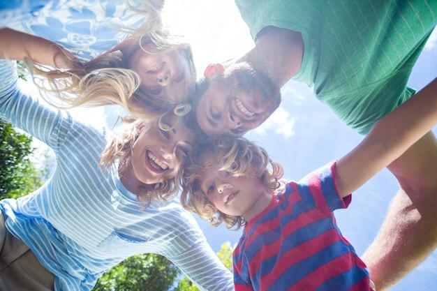 Genitori felici con i bambini che formano calca all'iarda Foto Premium
