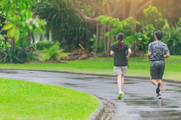 Gente asiatica che corre nel parco che pareggia ogni giorno per il concetto sano. Foto Premium