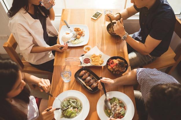 Gente asiatica che mangia prima colazione in un ristorante vista superiore Foto Premium