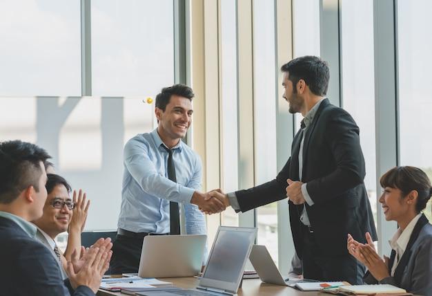 Gente di affari che agita le congratulazioni delle mani per funzionare successo Foto Premium