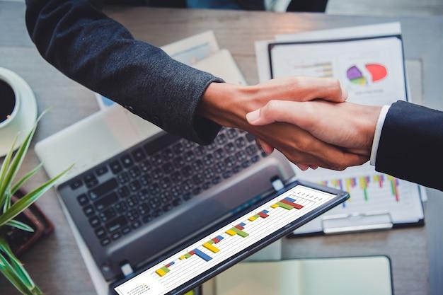 Gente di affari che agita le mani partner leader del team di successo e incontro di lavoro. Foto Premium