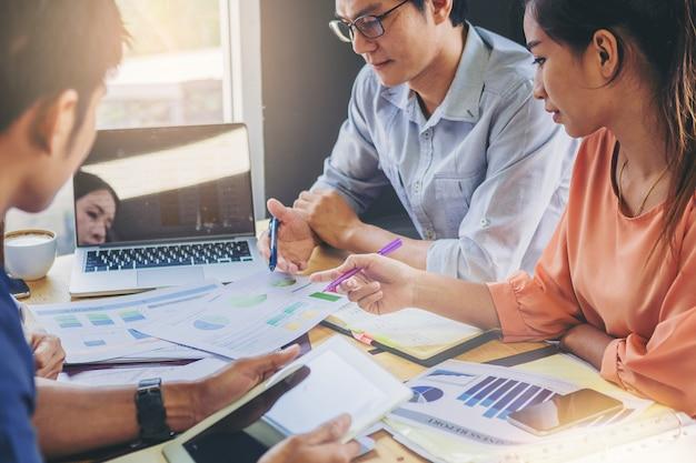 Gente di affari che analizza insieme i dati in lavoro di squadra per la pianificazione e l'avvio del nuovo progetto Foto Premium