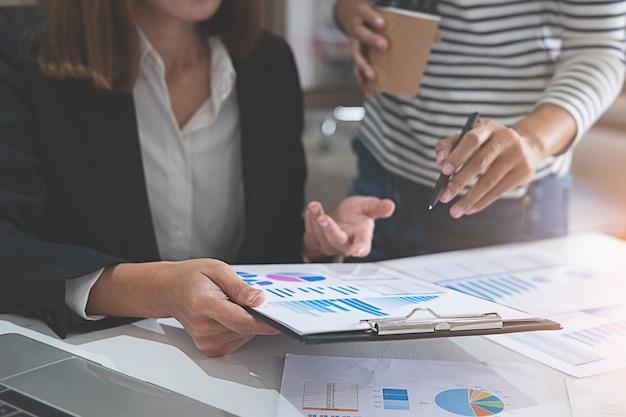 Gente di affari che discute le tabelle e grafici che mostrano i risultati Foto Premium