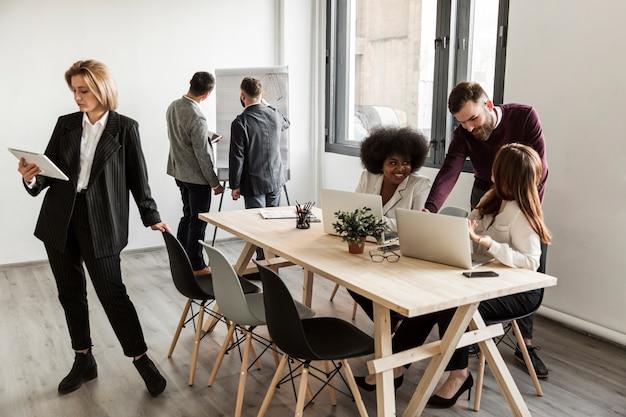 Gente di affari che discute nella riunione Foto Gratuite